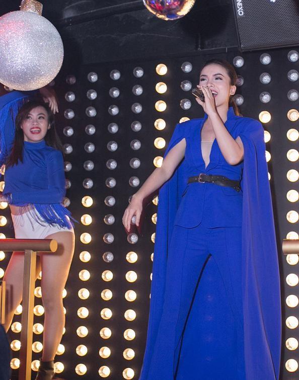Yến Trang mặc áo xẻ táo bạo dự tiệc năm mới - ảnh 5
