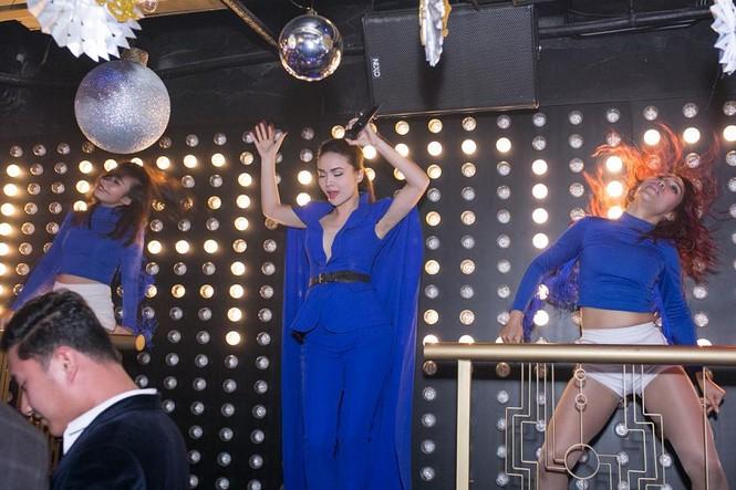 Yến Trang mặc áo xẻ táo bạo dự tiệc năm mới - ảnh 7