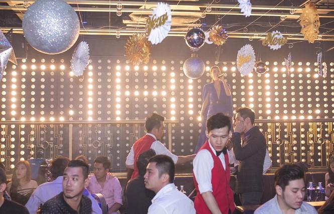 Yến Trang mặc áo xẻ táo bạo dự tiệc năm mới - ảnh 8