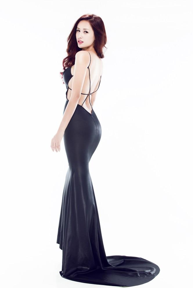 Mai Phương Thúy mặc váy xẻ bạo, khoe eo 'con kiến' - ảnh 3