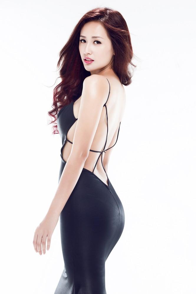 Mai Phương Thúy mặc váy xẻ bạo, khoe eo 'con kiến' - ảnh 4