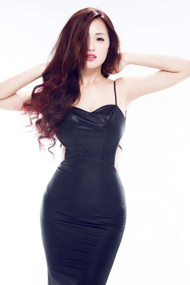 Mai Phương Thúy mặc váy xẻ bạo, khoe eo 'con kiến' - ảnh 5