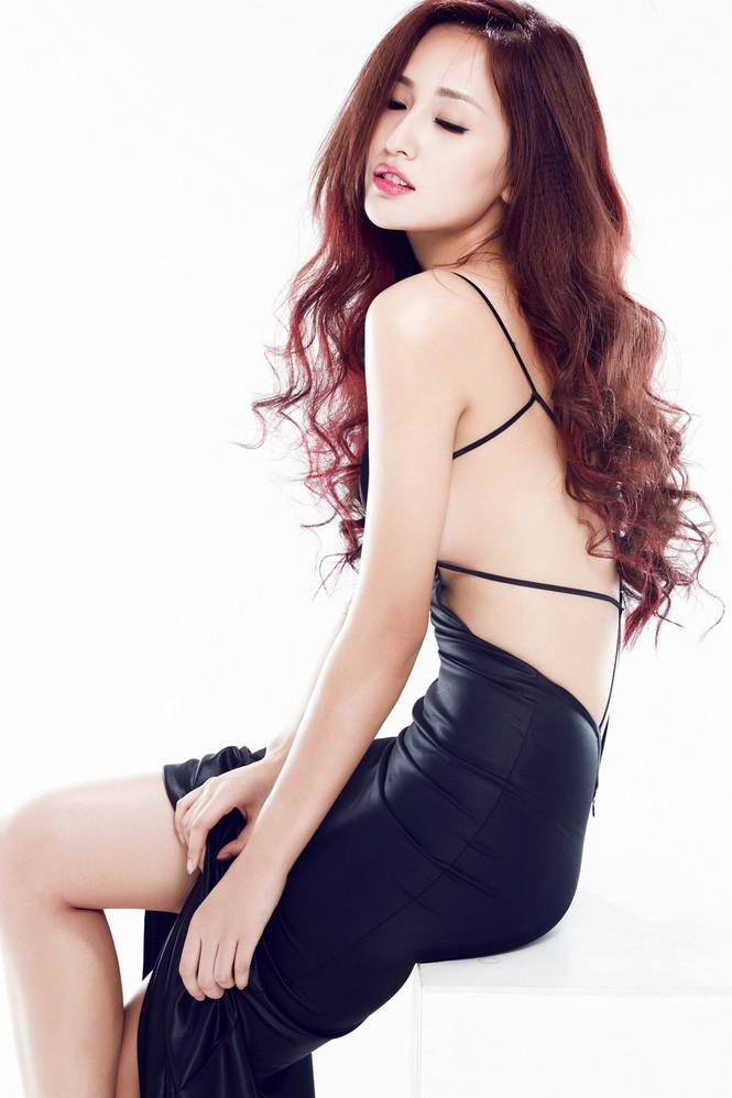 Mai Phương Thúy mặc váy xẻ bạo, khoe eo 'con kiến' - ảnh 11