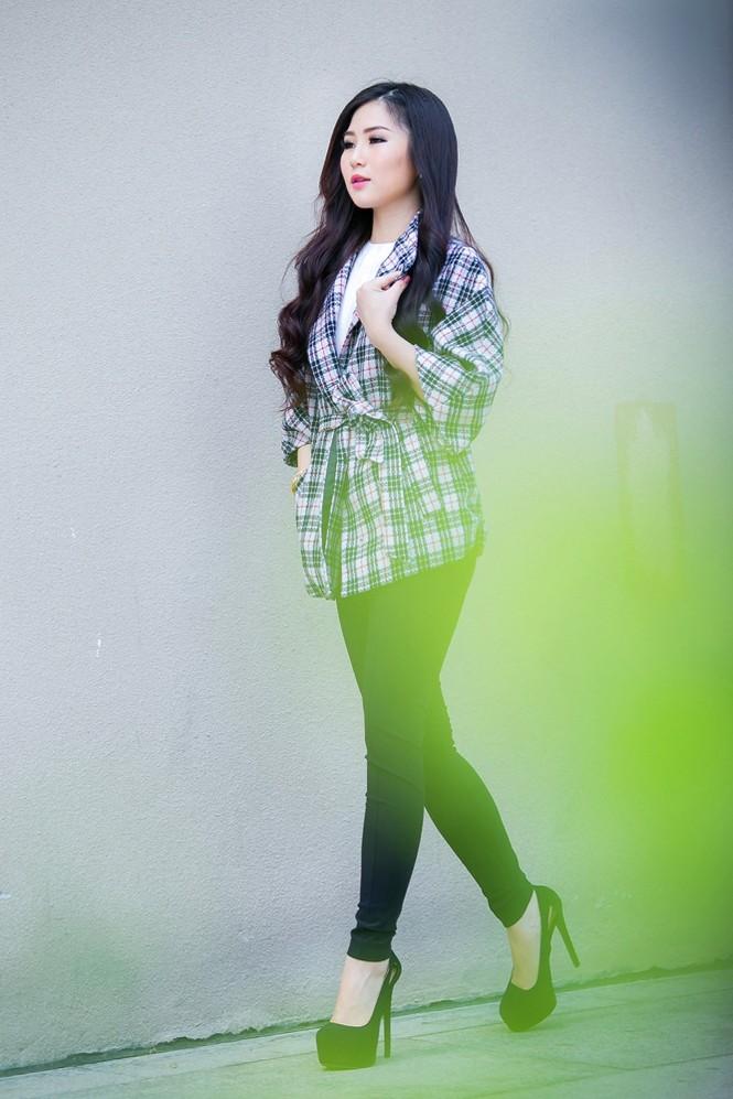 Hương Tràm mặc váy siêu ngắn, khoe chân thon quyến rũ - ảnh 11