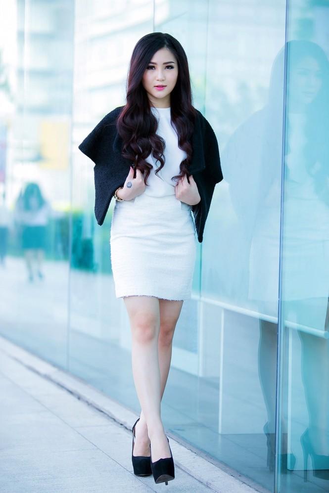Hương Tràm mặc váy siêu ngắn, khoe chân thon quyến rũ - ảnh 10