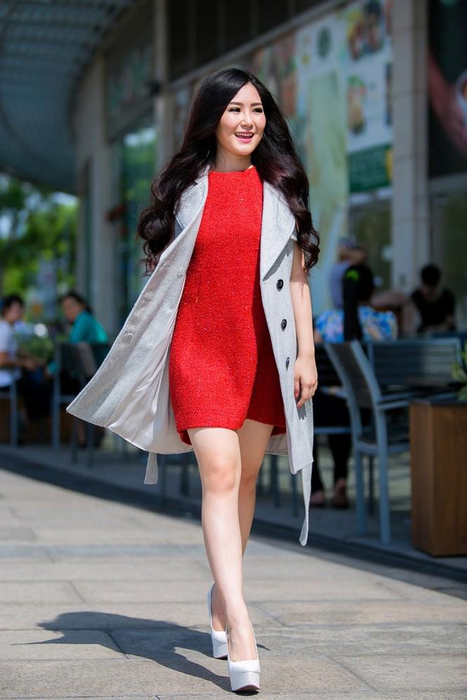 Hương Tràm mặc váy siêu ngắn, khoe chân thon quyến rũ - ảnh 5
