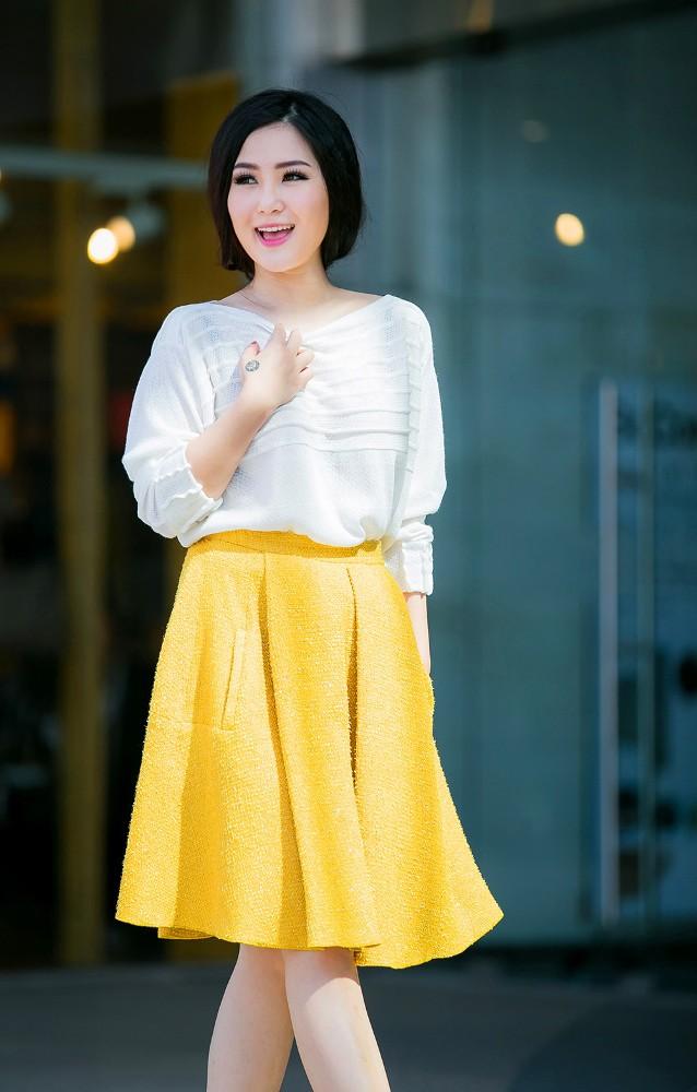Hương Tràm mặc váy siêu ngắn, khoe chân thon quyến rũ - ảnh 8