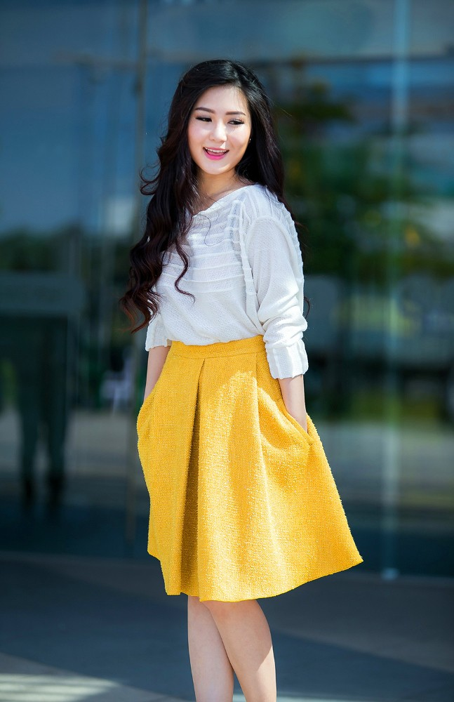 Hương Tràm mặc váy siêu ngắn, khoe chân thon quyến rũ - ảnh 7