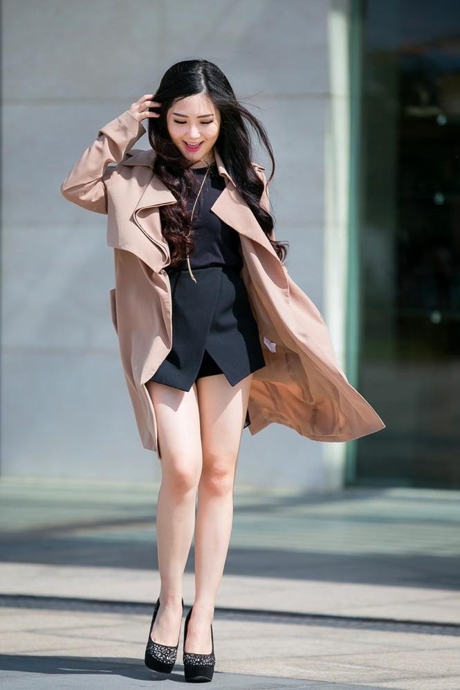 Hương Tràm mặc váy siêu ngắn, khoe chân thon quyến rũ - ảnh 1