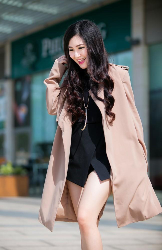 Hương Tràm mặc váy siêu ngắn, khoe chân thon quyến rũ - ảnh 3
