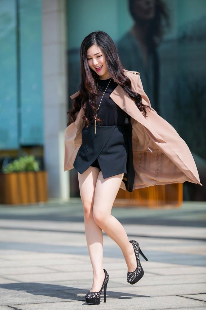 Hương Tràm mặc váy siêu ngắn, khoe chân thon quyến rũ - ảnh 2