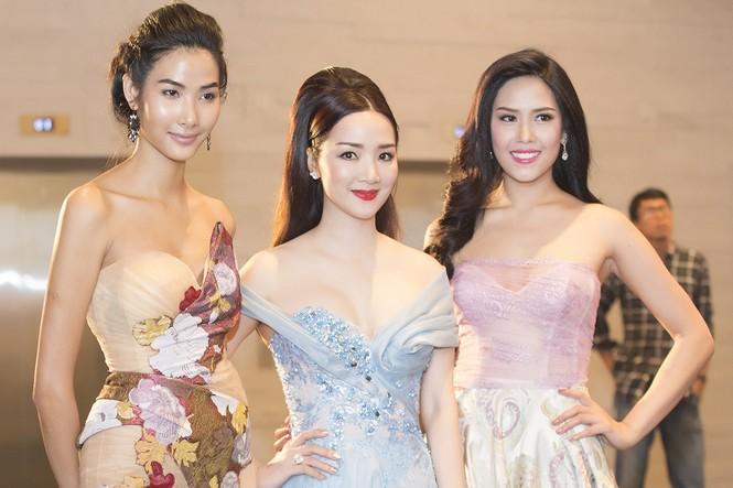 Sao Việt 'đọ' vẻ quyến rũ với Hoa hậu thế giới 2011 - ảnh 1