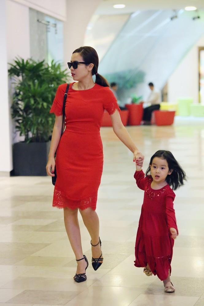 Lưu Hương Giang xách túi trăm triệu xuống phố cùng con gái - ảnh 1