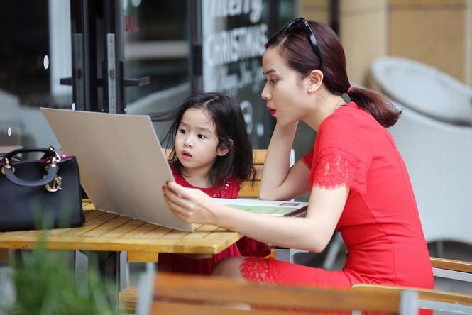 Lưu Hương Giang xách túi trăm triệu xuống phố cùng con gái - ảnh 6