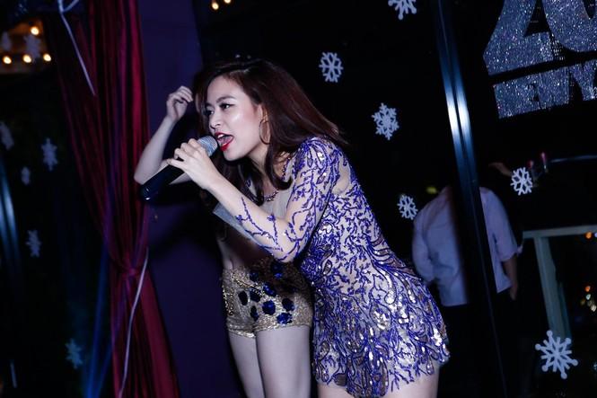 Hà Hồ, Hoàng Thùy Linh mặc gợi cảm 'đọ' vũ đạo bốc lửa - ảnh 5