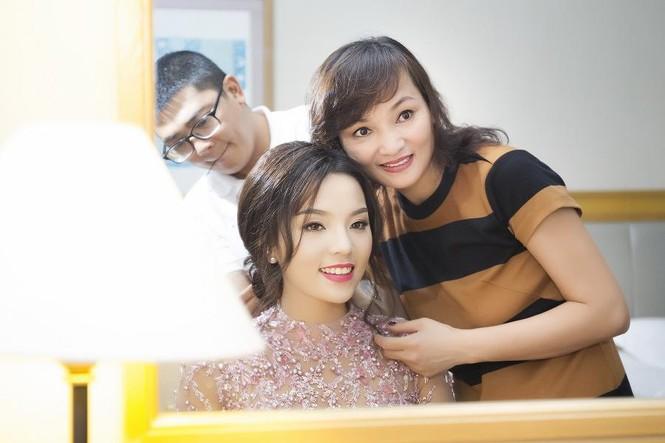 Hoa hậu Kỳ Duyên xinh đẹp đi sự kiện cùng mẹ - ảnh 1