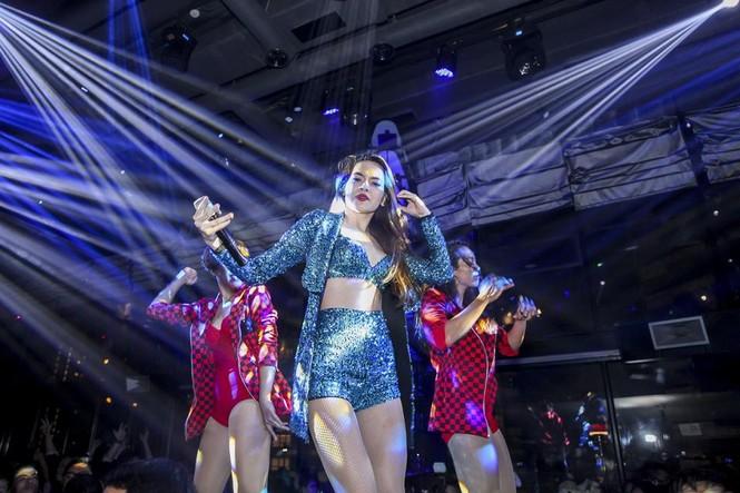 Hà Hồ, Hoàng Thùy Linh mặc gợi cảm 'đọ' vũ đạo bốc lửa - ảnh 11