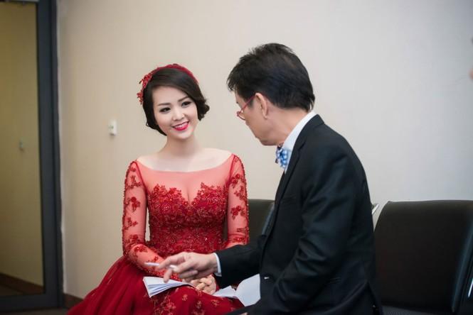 Á hậu Thụy Vân diện váy đỏ rực, duyên dáng làm MC - ảnh 5