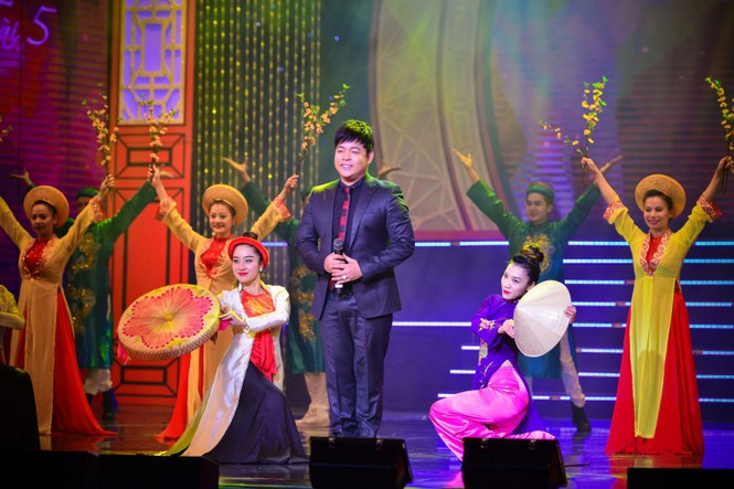 Á hậu Thụy Vân diện váy đỏ rực, duyên dáng làm MC - ảnh 9