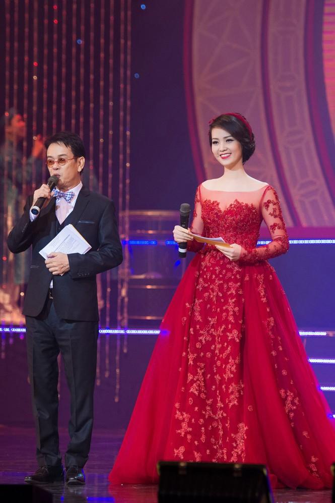 Á hậu Thụy Vân diện váy đỏ rực, duyên dáng làm MC - ảnh 6