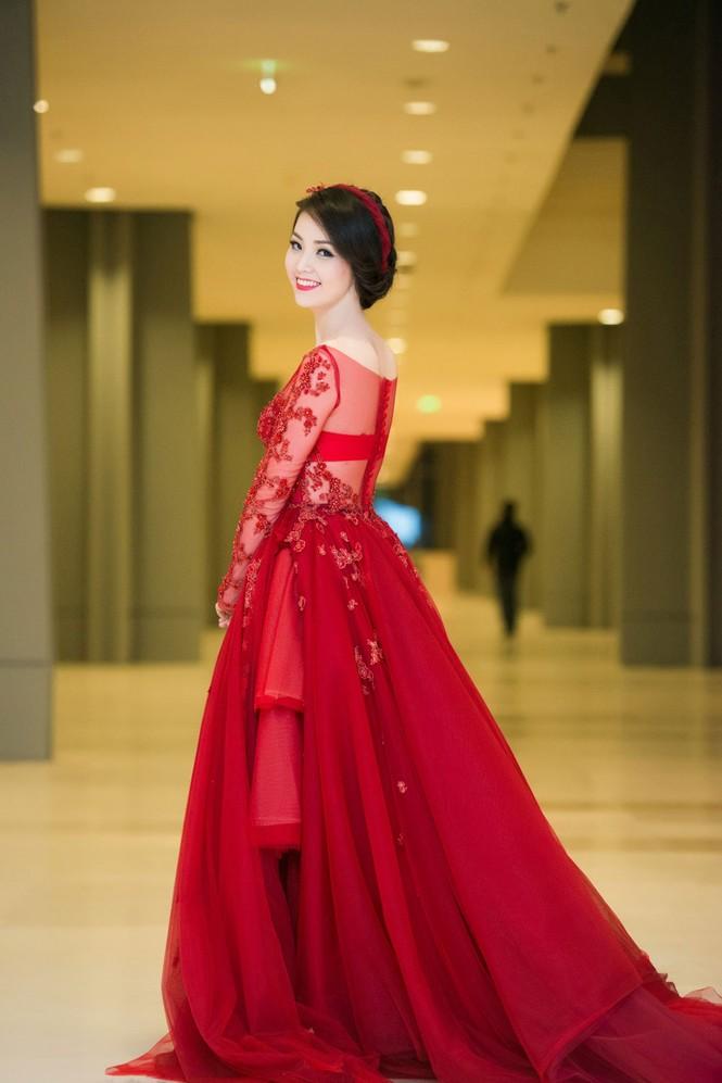 Á hậu Thụy Vân diện váy đỏ rực, duyên dáng làm MC - ảnh 3