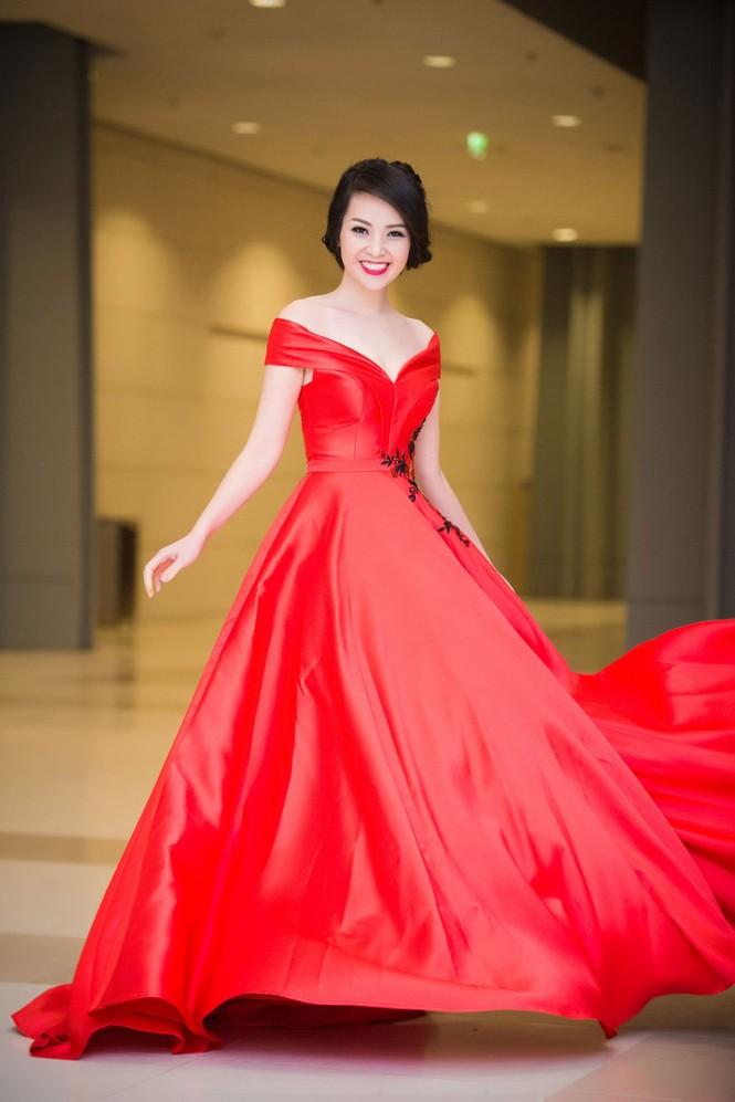 Á hậu Thụy Vân diện váy đỏ rực, duyên dáng làm MC - ảnh 2