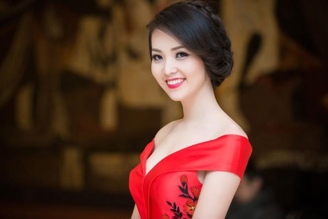 Á hậu Thụy Vân diện váy đỏ rực, duyên dáng làm MC - ảnh 1