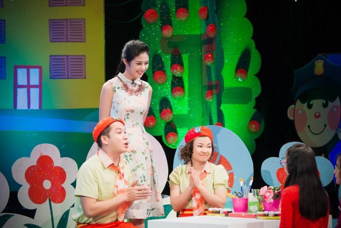 Hoa hậu Ngọc Hân giản dị, xinh đẹp làm cô giáo - ảnh 1