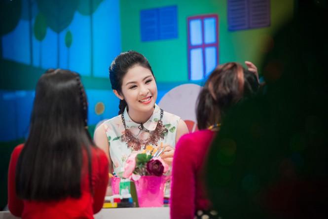 Hoa hậu Ngọc Hân giản dị, xinh đẹp làm cô giáo - ảnh 2