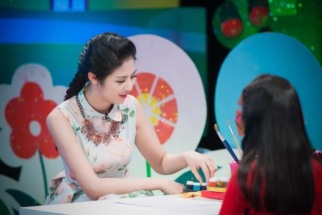 Hoa hậu Ngọc Hân giản dị, xinh đẹp làm cô giáo - ảnh 3