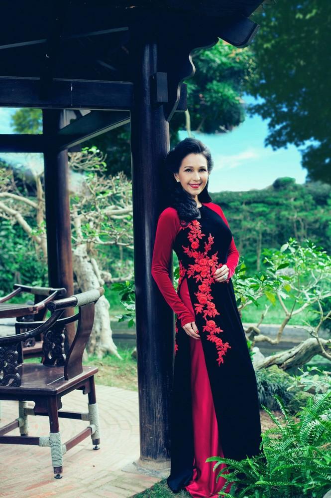 'Người đàn bà không tuổi' duyên dáng với áo dài xuân - ảnh 10
