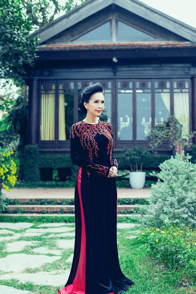 'Người đàn bà không tuổi' duyên dáng với áo dài xuân - ảnh 9