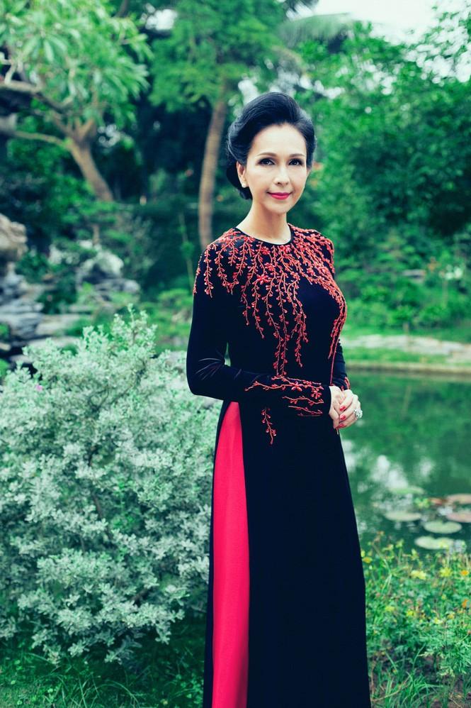 'Người đàn bà không tuổi' duyên dáng với áo dài xuân - ảnh 8