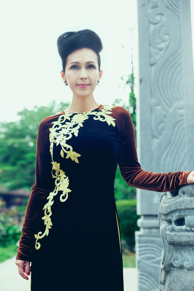 'Người đàn bà không tuổi' duyên dáng với áo dài xuân - ảnh 3