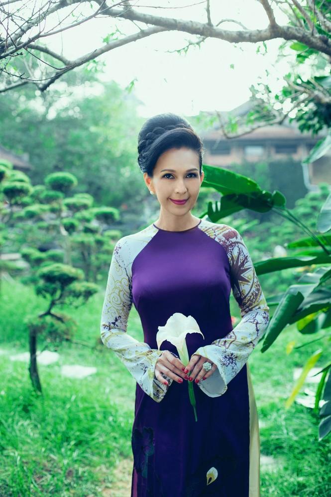 'Người đàn bà không tuổi' duyên dáng với áo dài xuân - ảnh 1