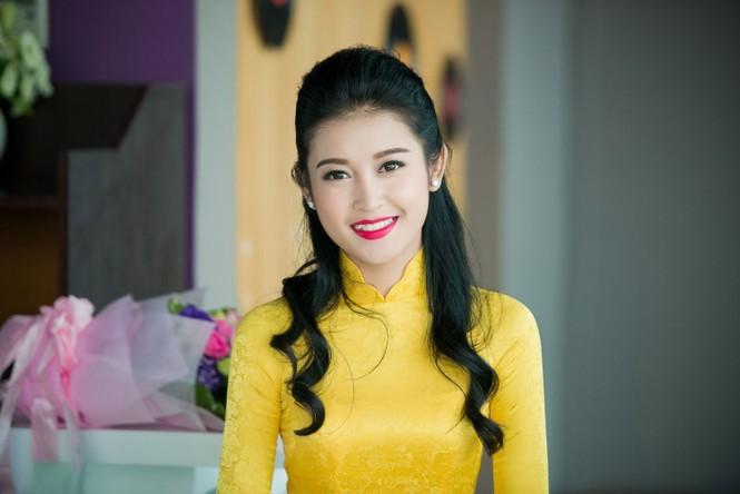 Á hậu Huyền My rạng rỡ áo dài vàng ghi hình Tết - ảnh 7