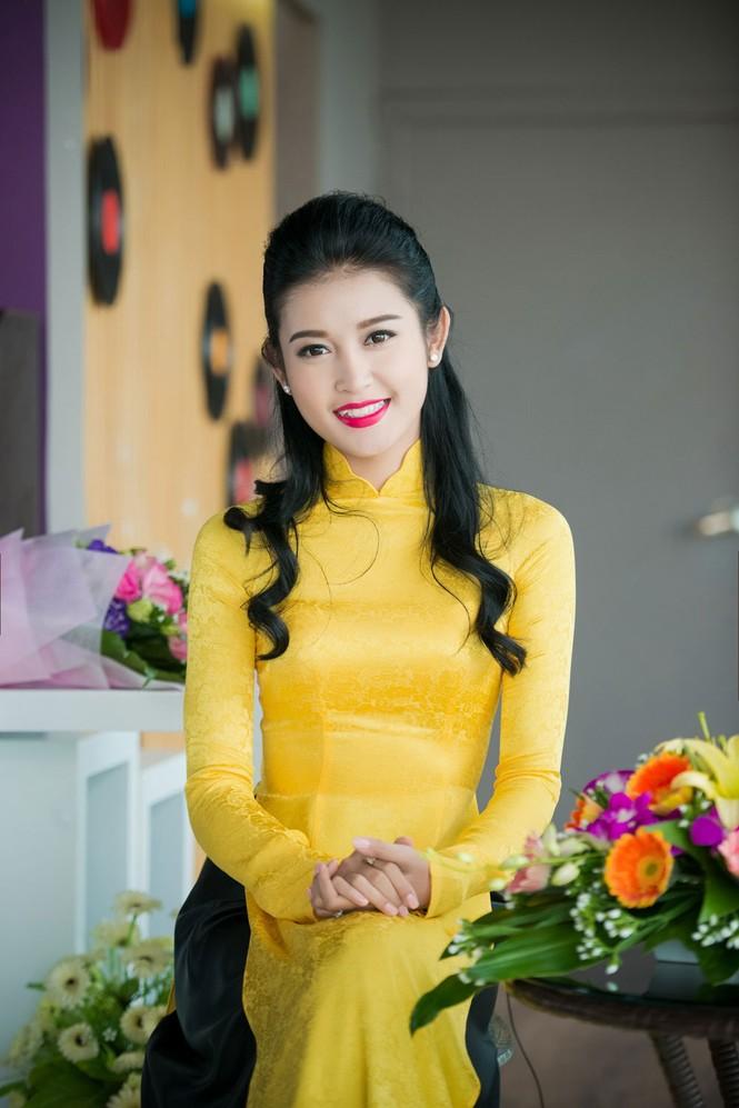 Á hậu Huyền My rạng rỡ áo dài vàng ghi hình Tết - ảnh 6