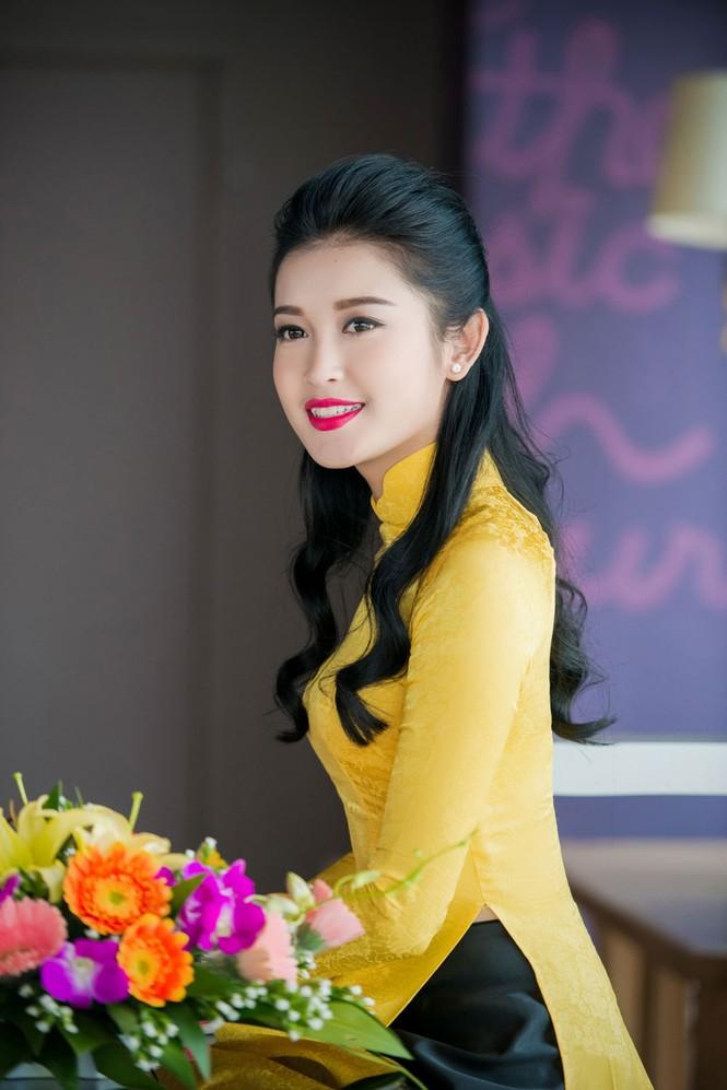 Á hậu Huyền My rạng rỡ áo dài vàng ghi hình Tết - ảnh 8
