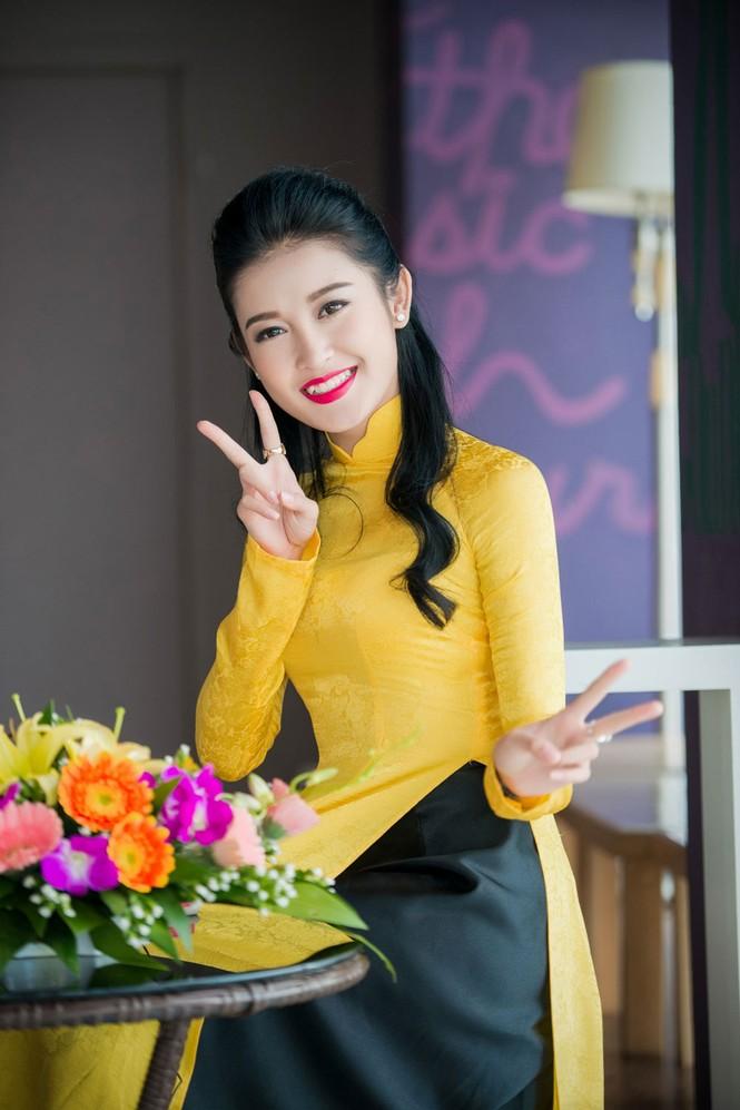Á hậu Huyền My rạng rỡ áo dài vàng ghi hình Tết - ảnh 10