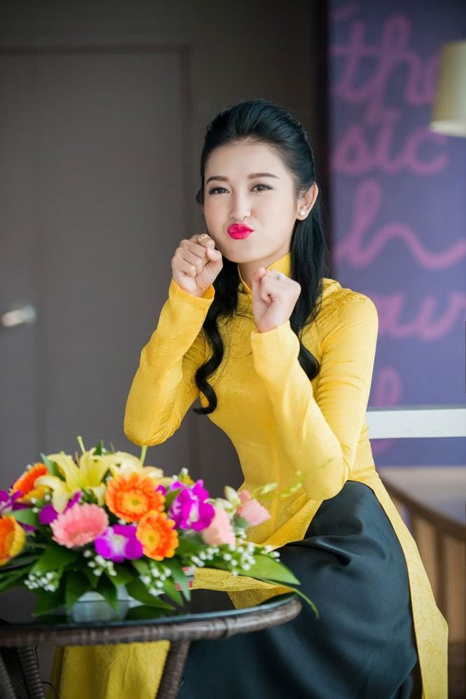 Á hậu Huyền My rạng rỡ áo dài vàng ghi hình Tết - ảnh 11