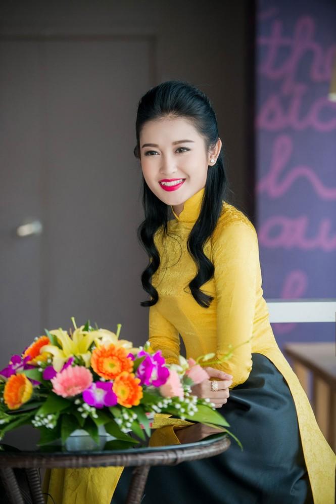 Á hậu Huyền My rạng rỡ áo dài vàng ghi hình Tết - ảnh 12
