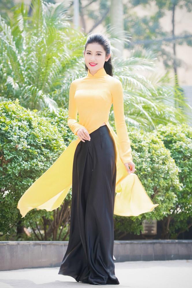 Á hậu Huyền My rạng rỡ áo dài vàng ghi hình Tết - ảnh 2