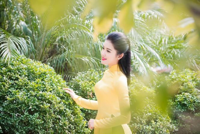 Á hậu Huyền My rạng rỡ áo dài vàng ghi hình Tết - ảnh 4
