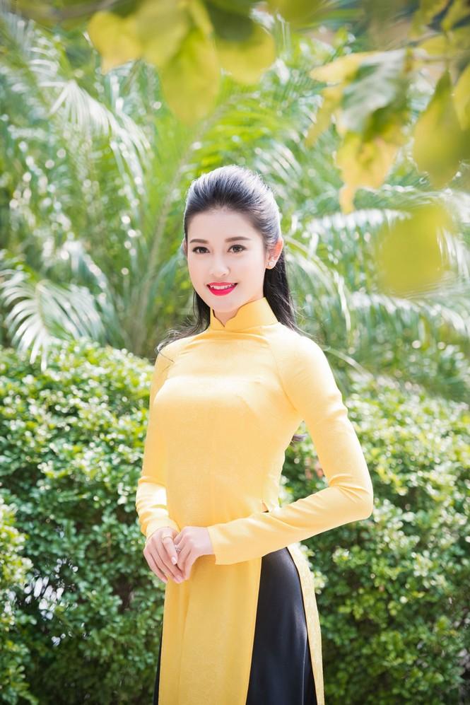 Á hậu Huyền My rạng rỡ áo dài vàng ghi hình Tết - ảnh 1