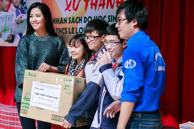 Nguyễn Thị Loan quyên góp sách cho học trò nghèo miền núi - ảnh 1