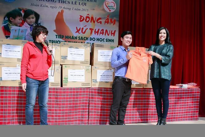 Nguyễn Thị Loan quyên góp sách cho học trò nghèo miền núi - ảnh 3