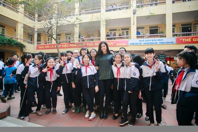 Nguyễn Thị Loan quyên góp sách cho học trò nghèo miền núi - ảnh 4