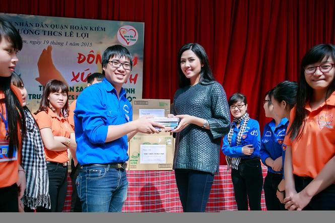 Nguyễn Thị Loan quyên góp sách cho học trò nghèo miền núi - ảnh 6