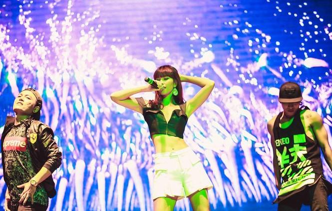 Hà Anh 'tái xuất' nóng bỏng trên sân khấu ca nhạc - ảnh 2