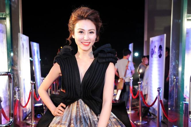 Ngân Khánh suýt gặp tai nạn váy áo trước ngày cưới - ảnh 4